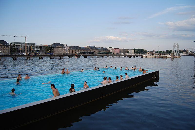 Badeschiff no rio Spree, em Berlim / Wikimedia commons