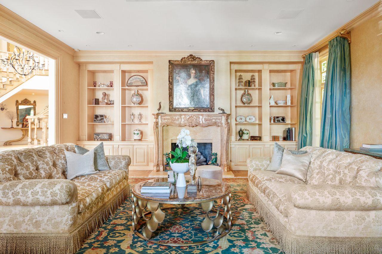 Dois grandes sofás no centro da sala