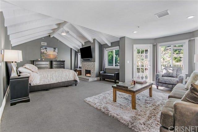 Amplo quarto com sala de estar