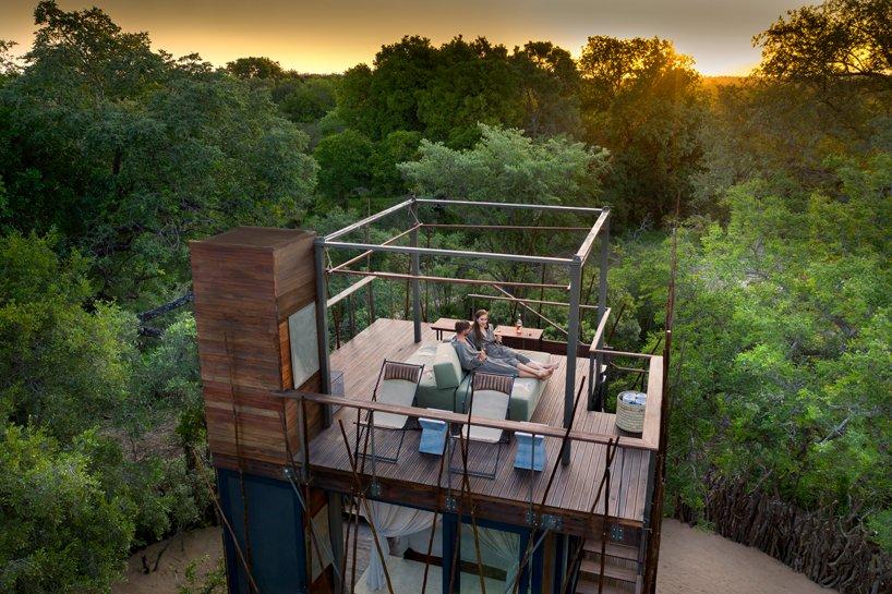Uma zona para relaxar no cimo da casa da árvore (hotel)