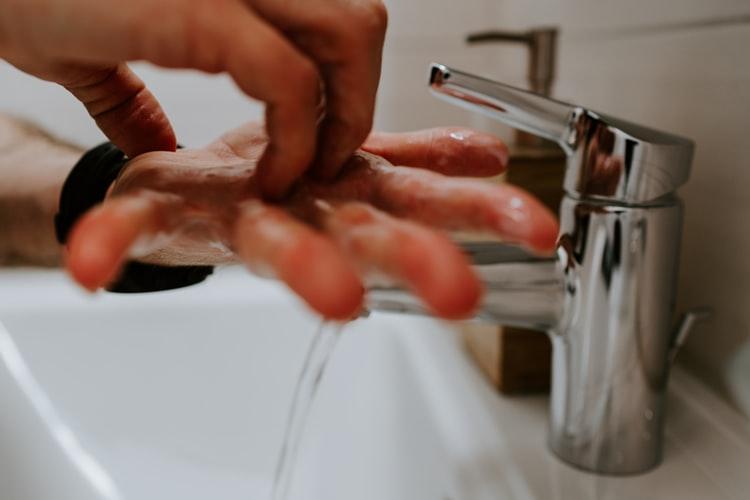 Lavar as mãos frequentemente