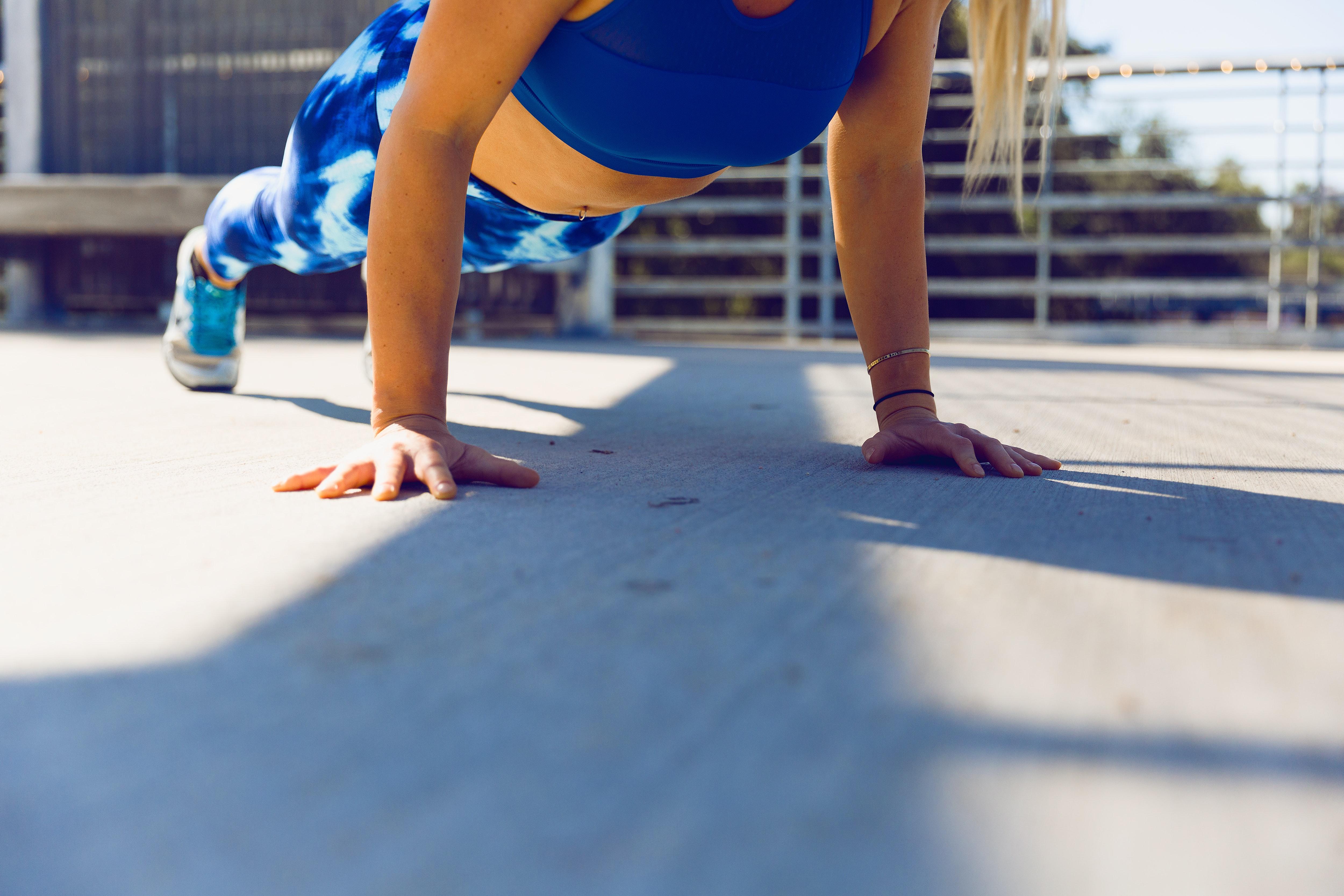 Não precisas de materiais para treinar, basta o peso do corpo / Photo by Ayo Ogunseinde on Unsplash