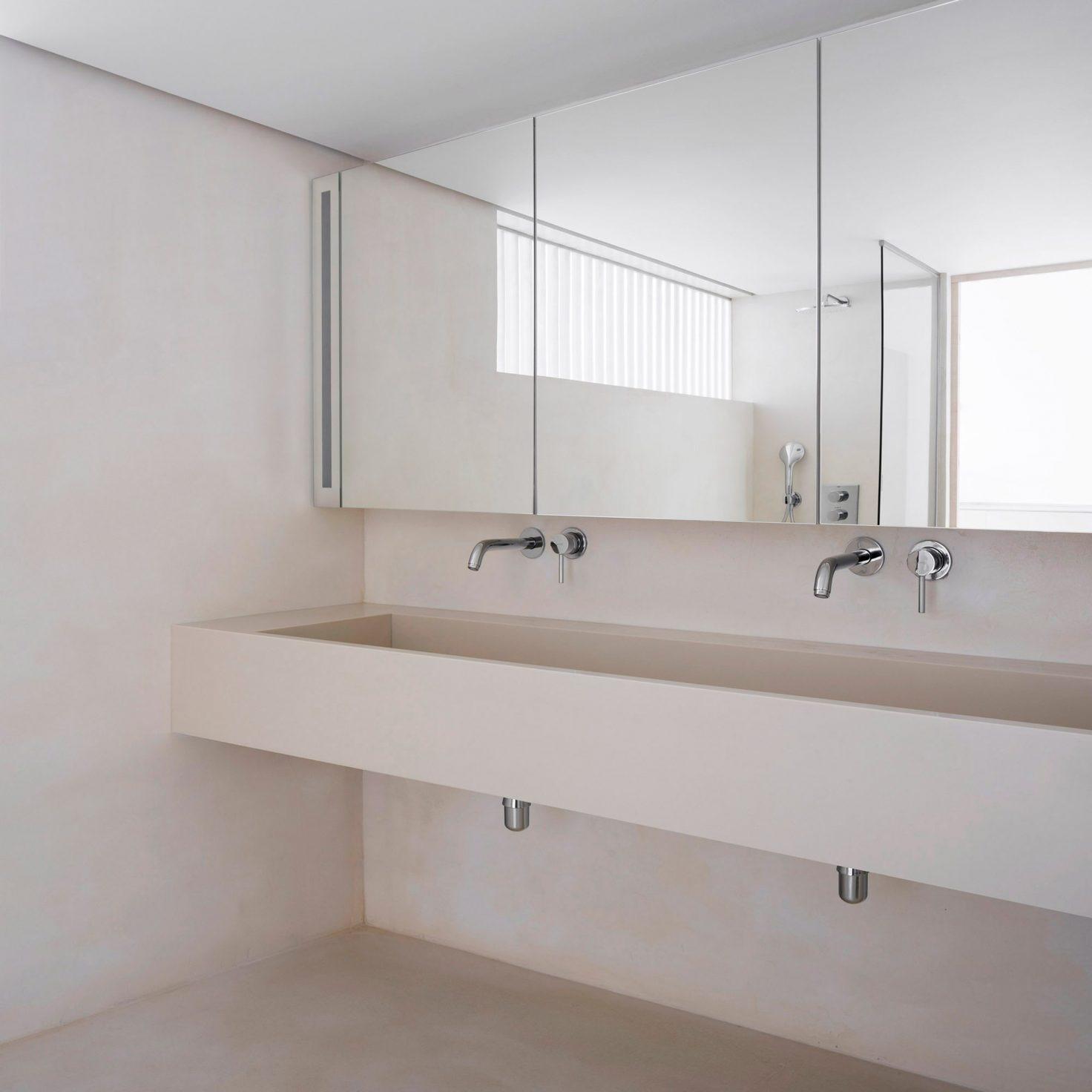 Casa de banho espalhada com linhas direi