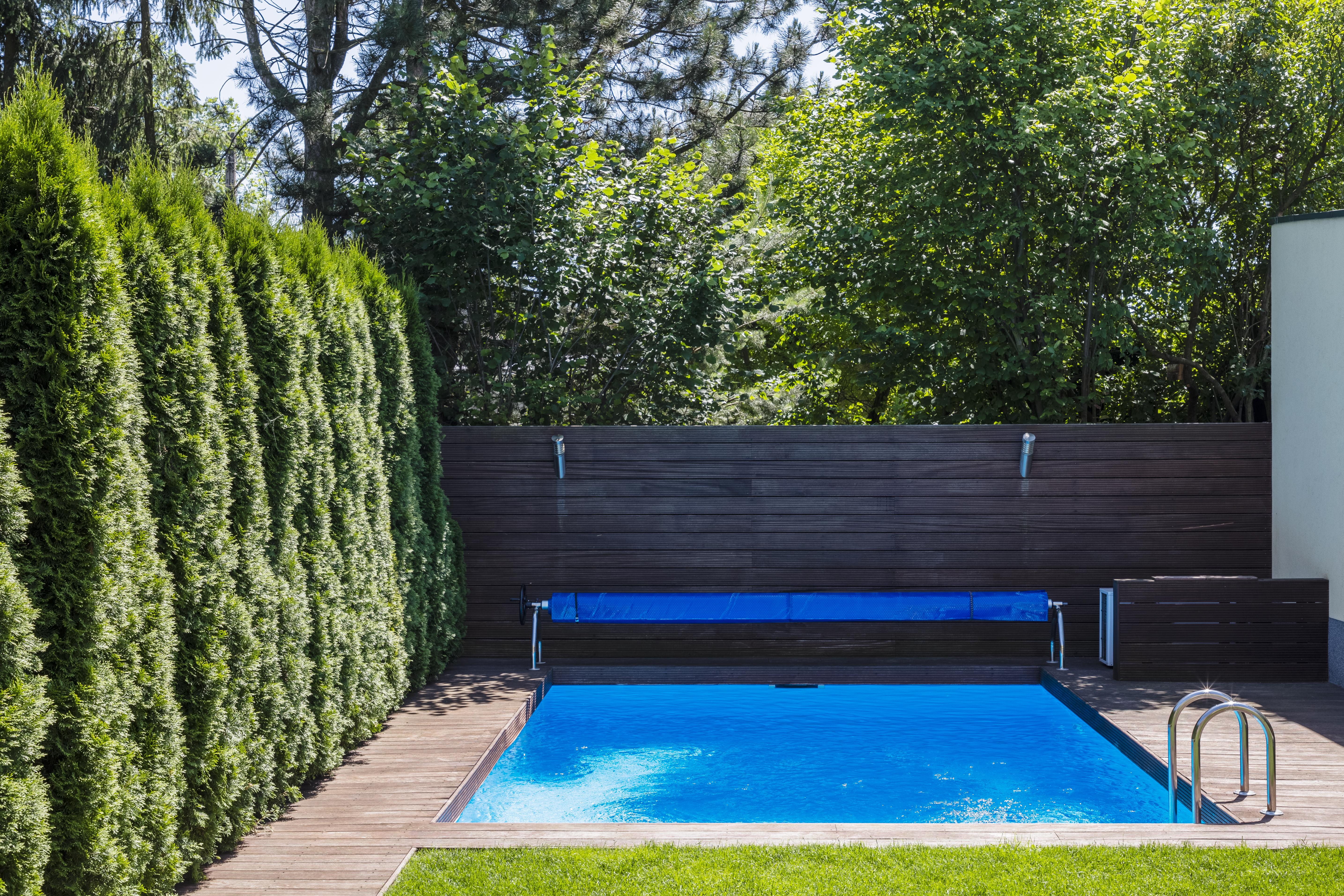 Importante para evitar quedas junto à piscina