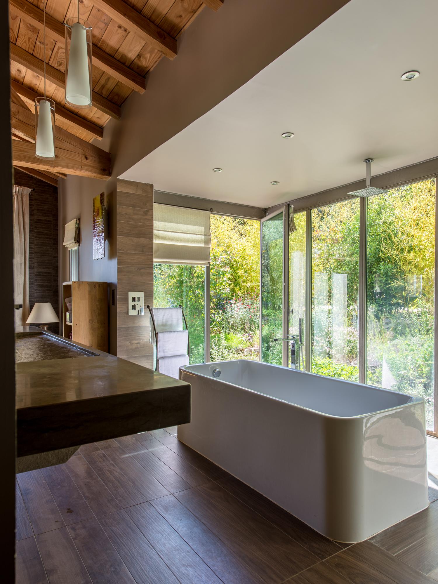 Banheira junto a paredes de vidro