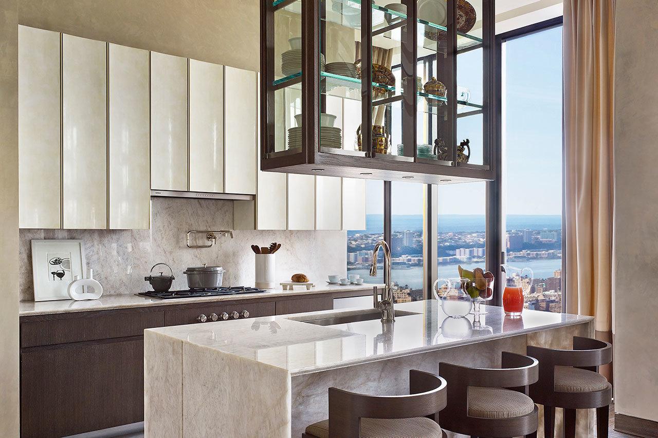 Cozinha de design com materiais de qualidade e cheia de luz