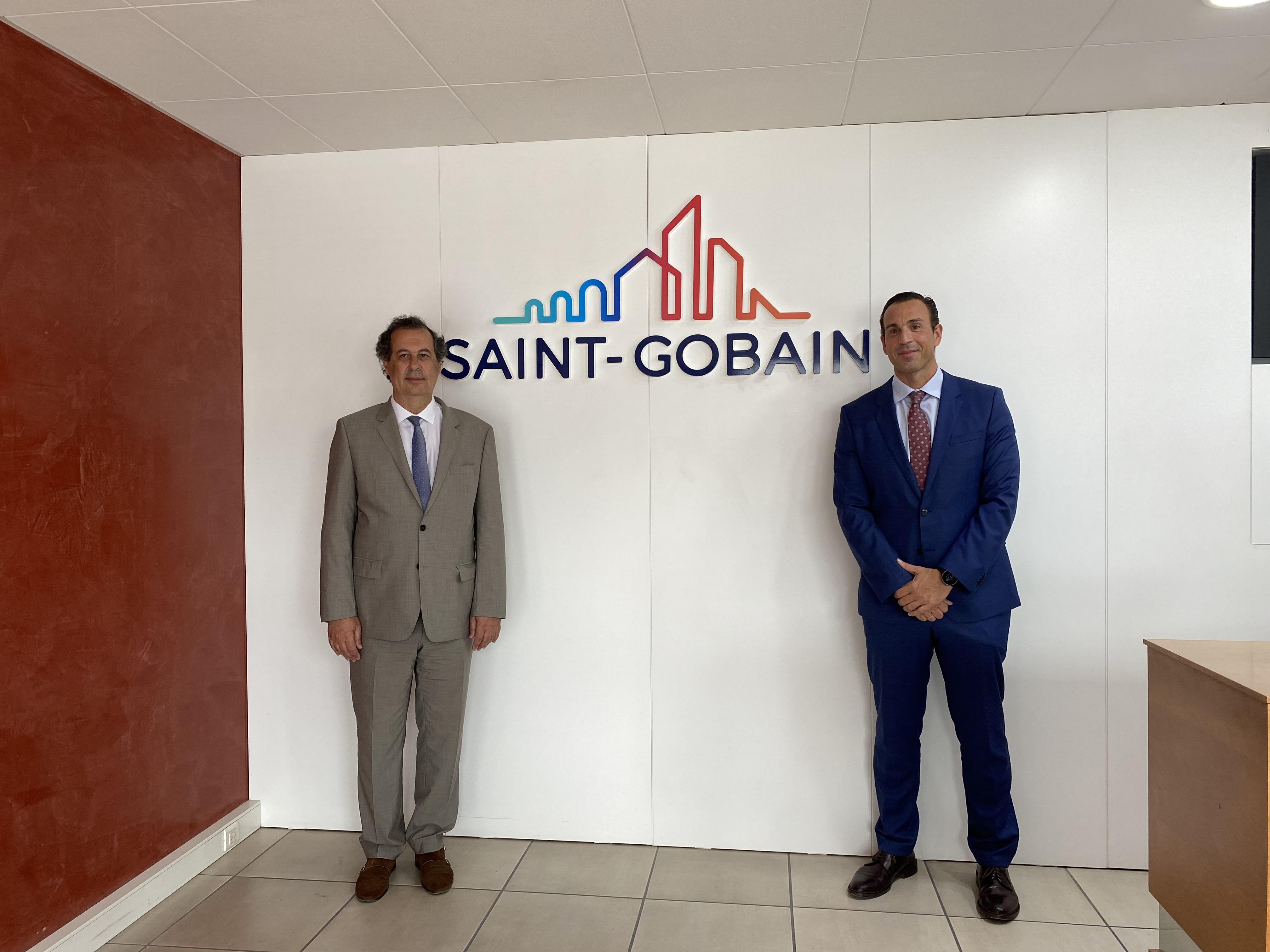 Secretário de Estado Adjunto e da Economia, João Neves, com José Martos, diretor geral da Saint-Gobain Portugal / Saint-Gobain
