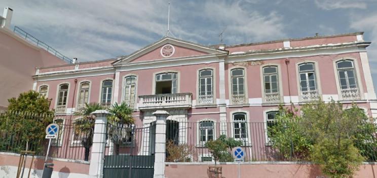 Fachada do antigo quartel do Cabeço da Bola, um imóveis que integram o FNRE.  / Google Maps