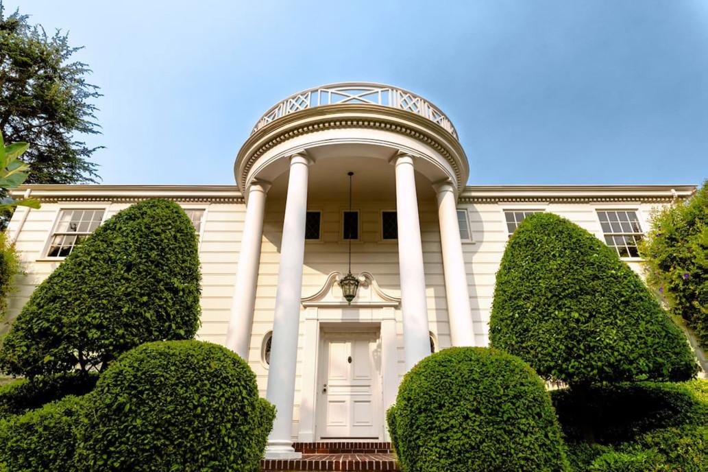 As icónicas colunas brancas na entrada da casa