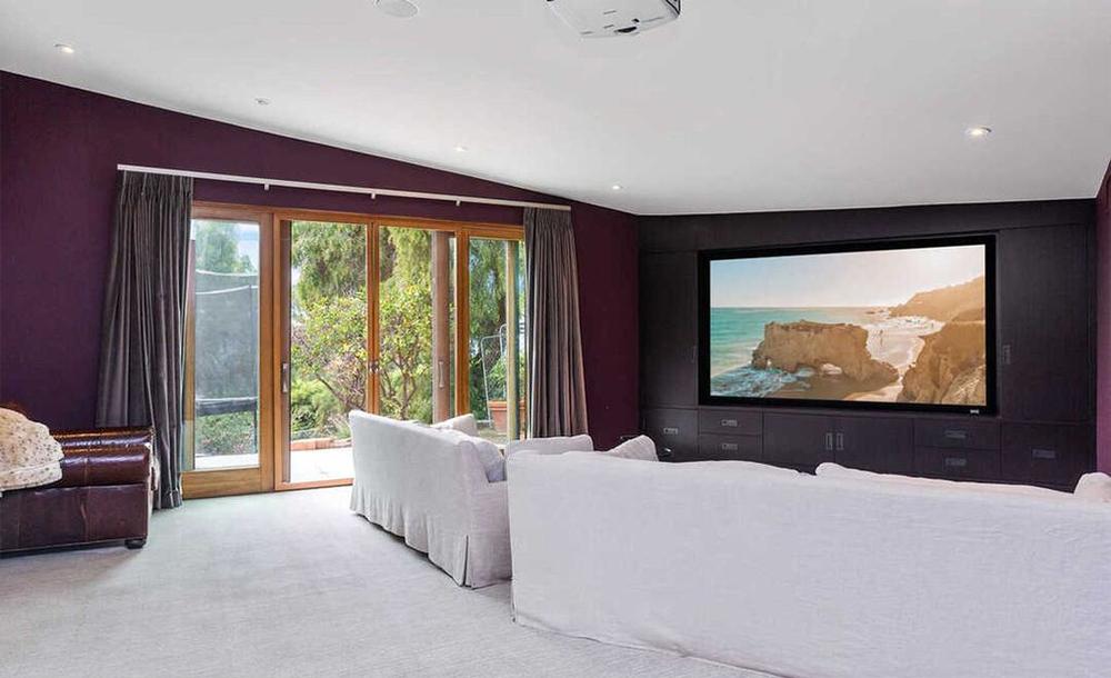 Com um enorme ecrã e grandes sofás