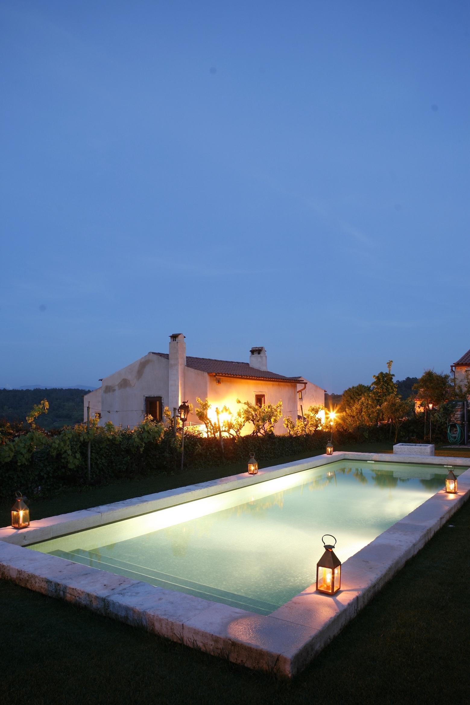 Piscina iluminada, à noite / Carlos Cezanne