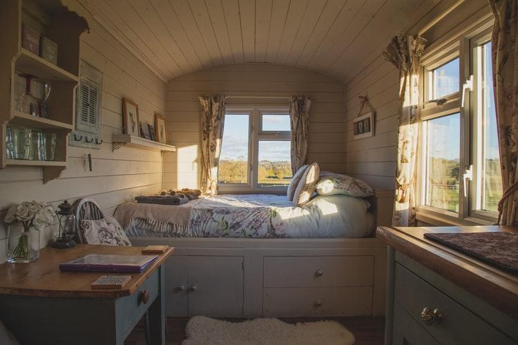 Aproveitar o espaço por debaixo da cama