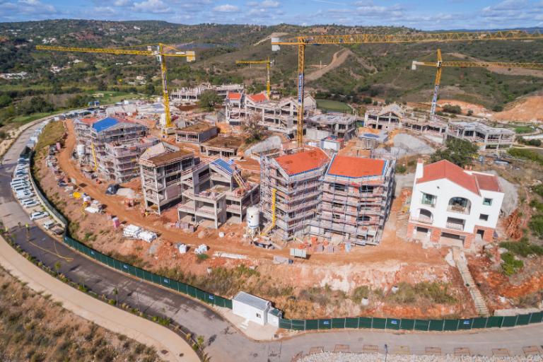 A evolução das obras vista do céu (no edifício branco encontra-se o apartamento modelo) / Ombria Resort