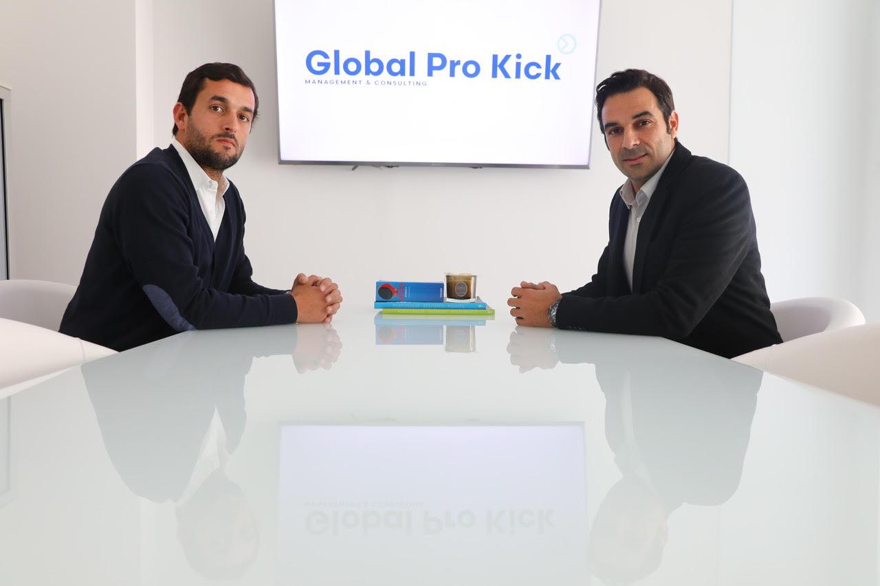 Acompanhado do amigo e sócio, Nuno Garcia, o ex-jogador de futebol, Miguel Garcia à direita. / GPK