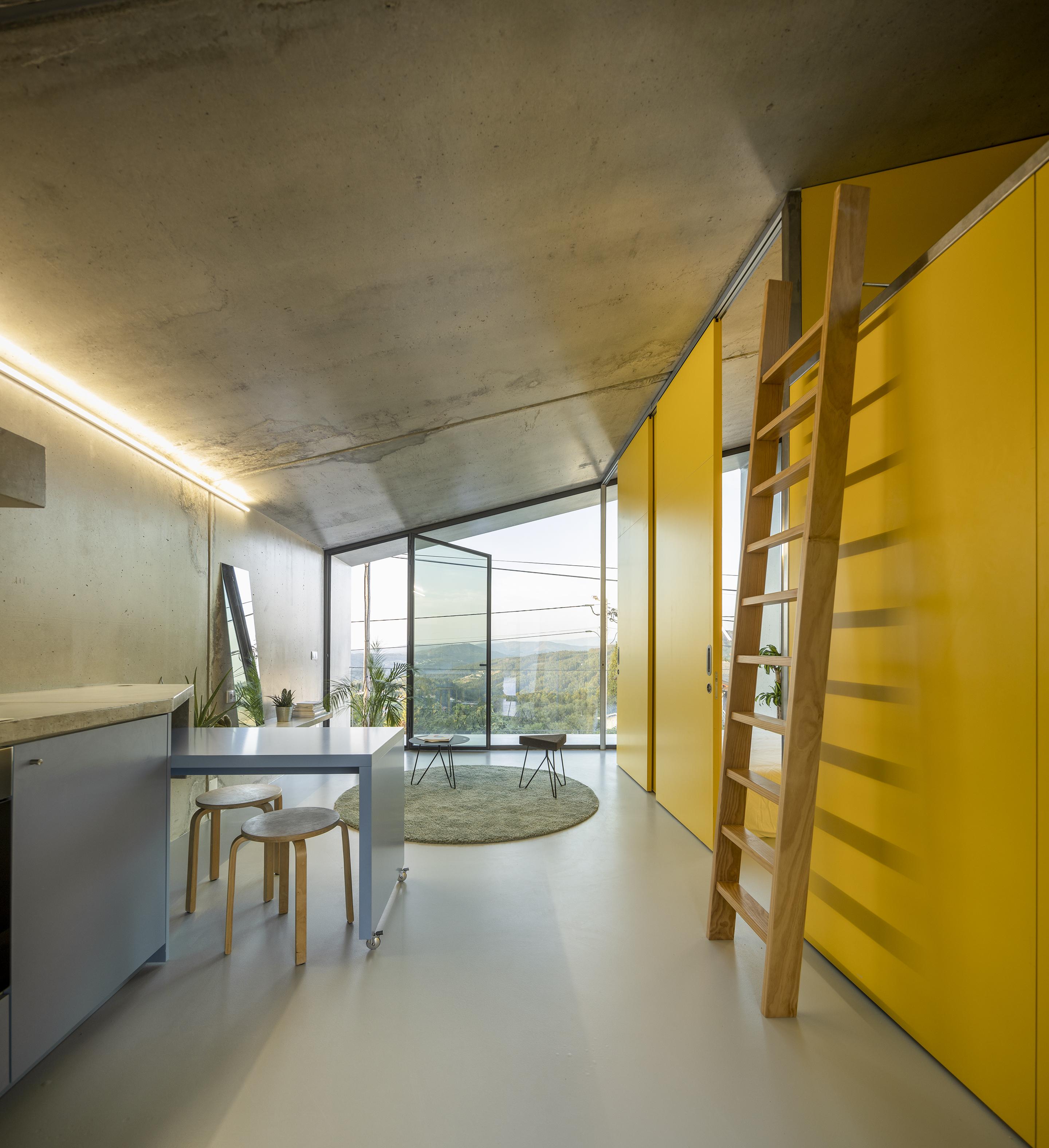 Edifício de uso misto em Vale de Cambra (interior) /  © Fernando Guerra | FG+SG