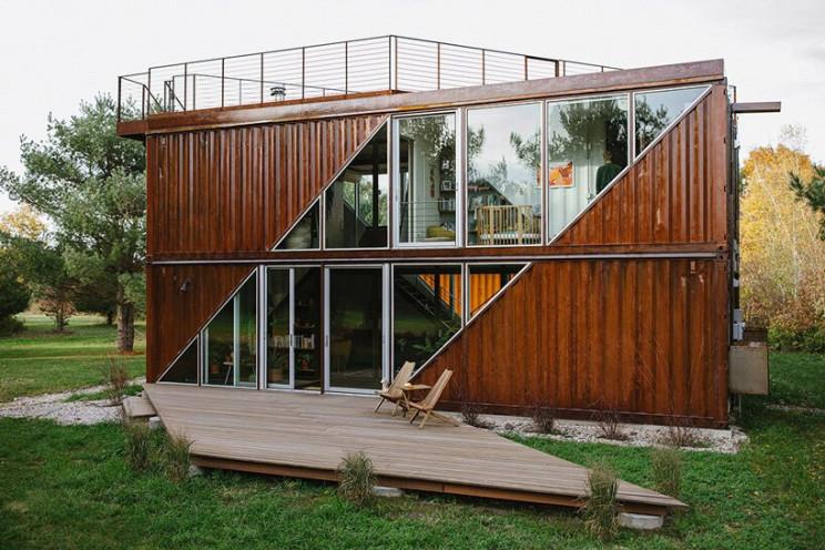 Casa pré-fabricada construída com contentores de transporte