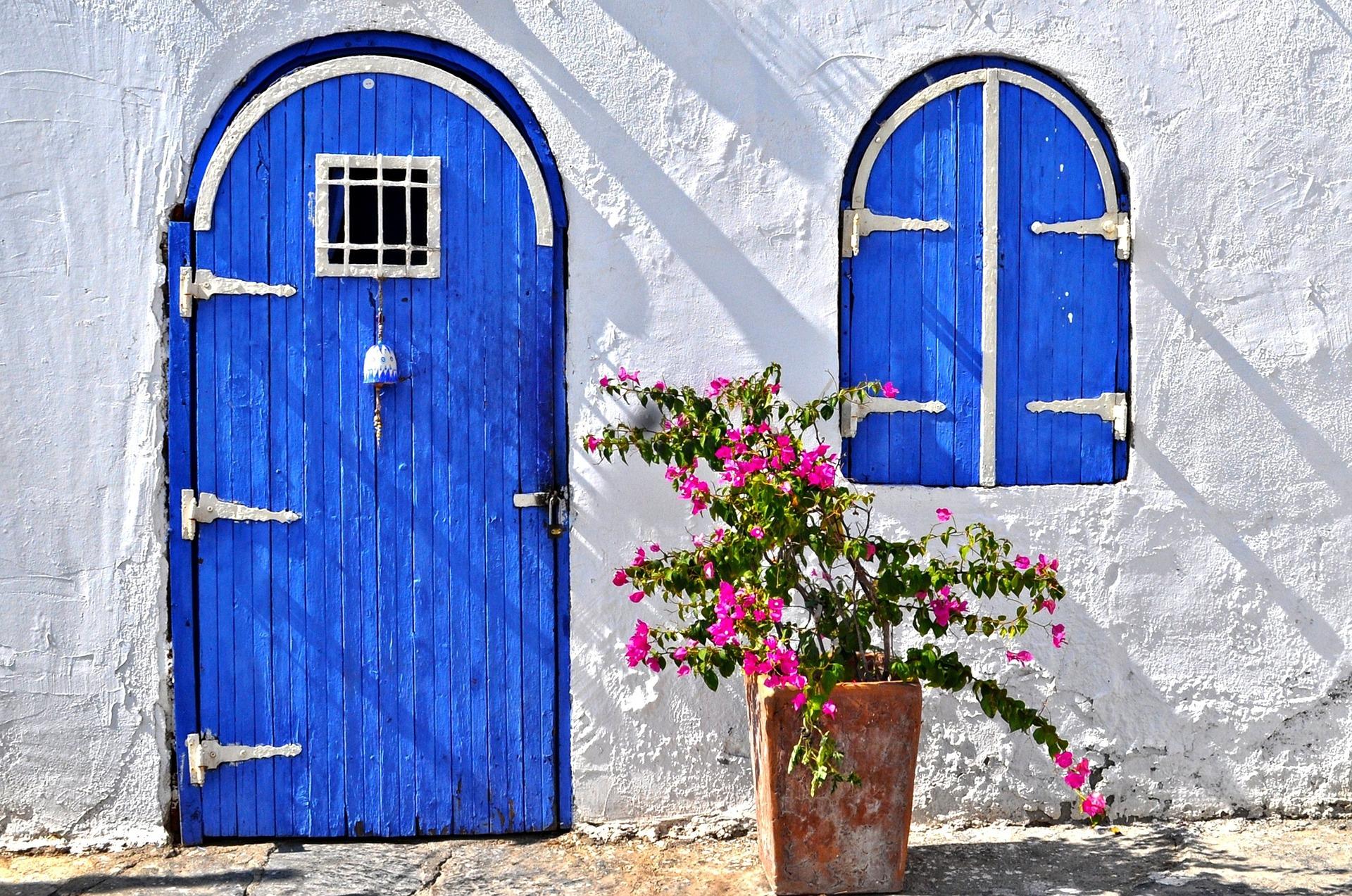Casa com porta de madeira