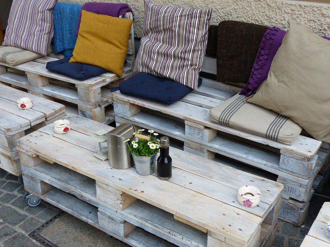 Paletes e almofadas para o terraço