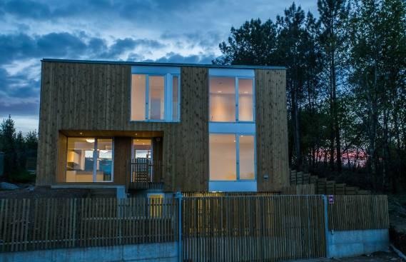 Casas pré-fabricadas de betão e madeira