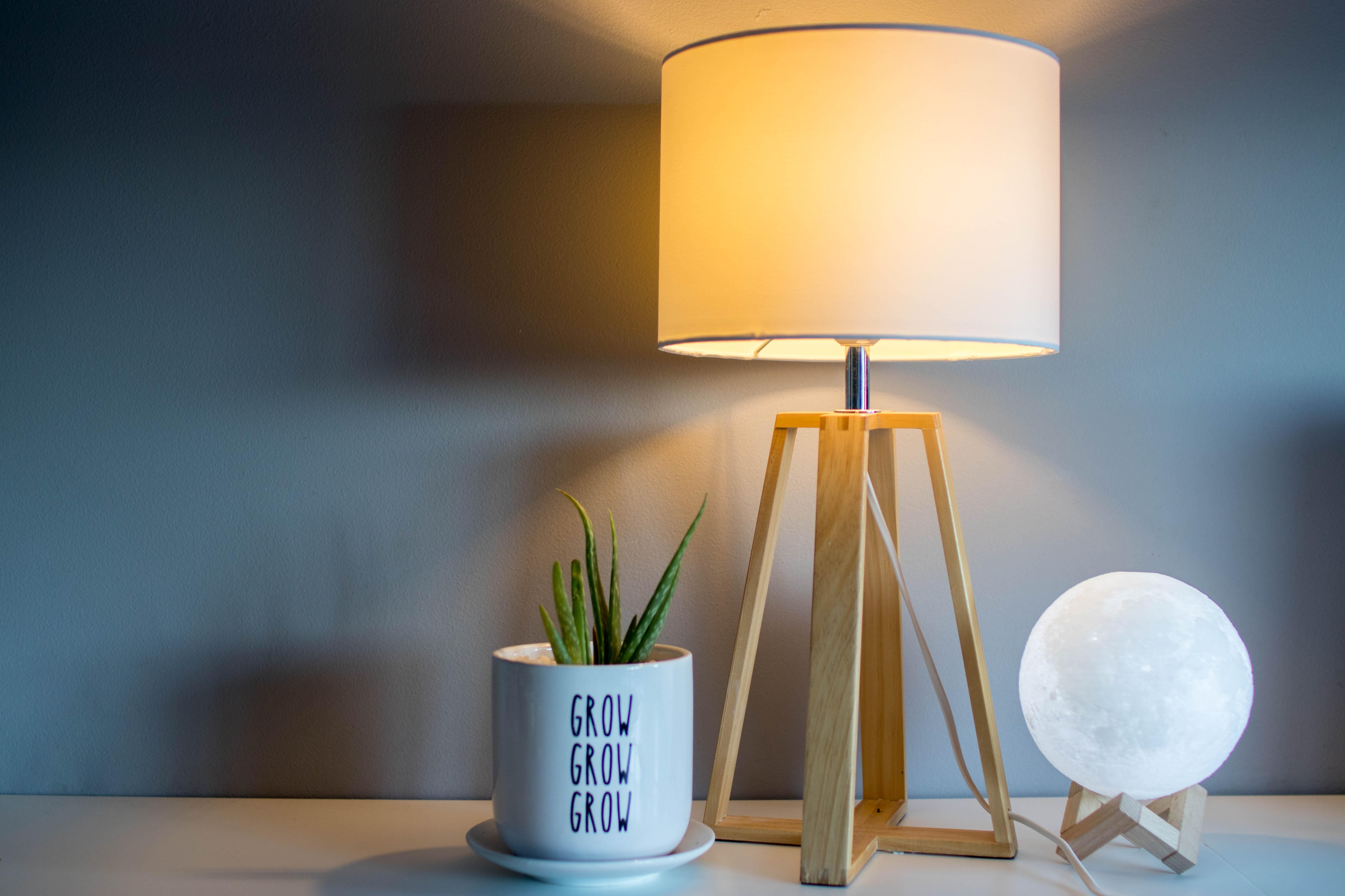 Como escolher iluminação para a casa / Photo by Joel Henry on Unsplash