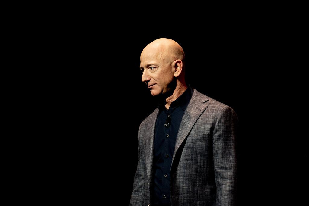 Jeff Bezos deixa cargo de diretor geral da Amazon