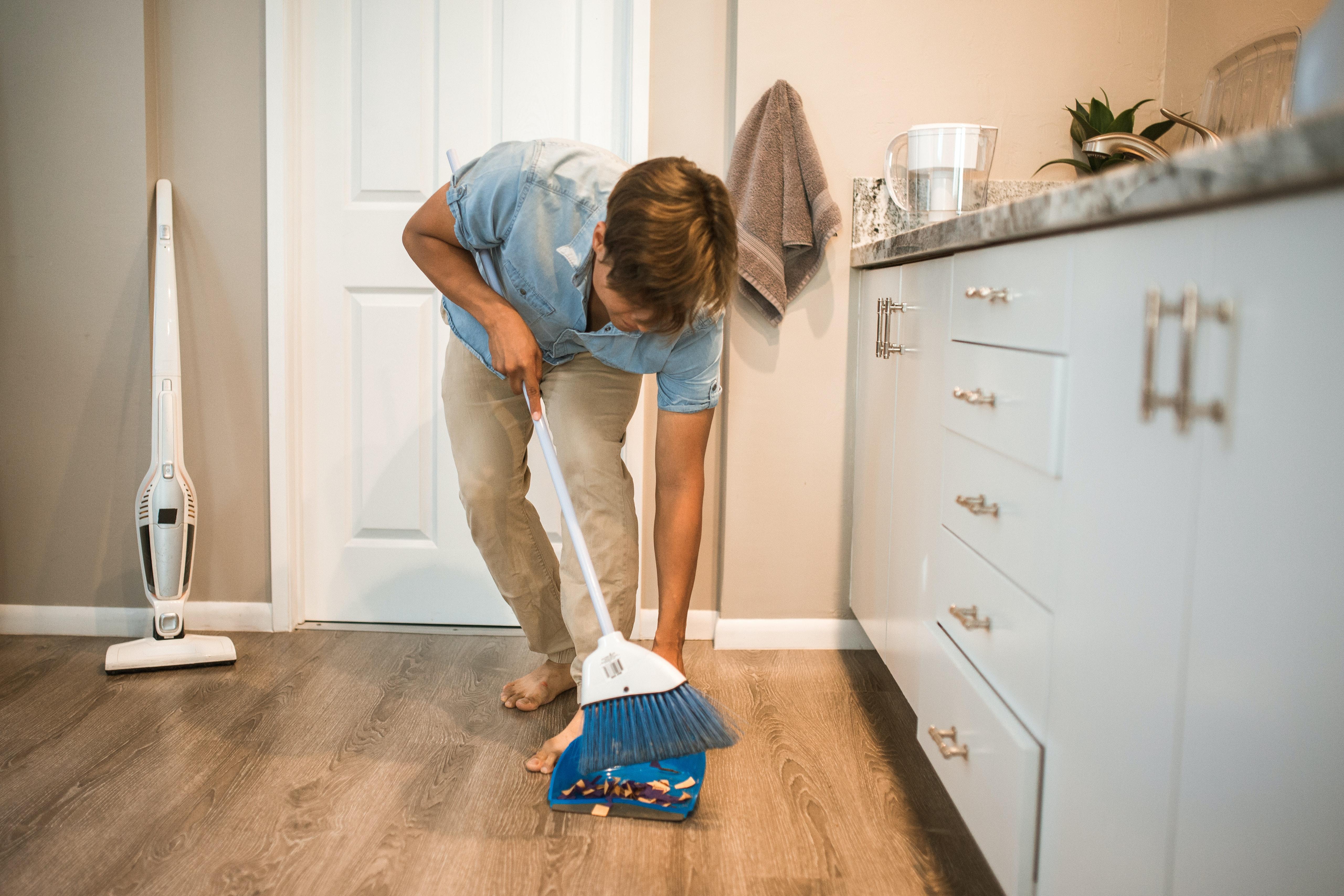 Varrer o chão e limpar o pó