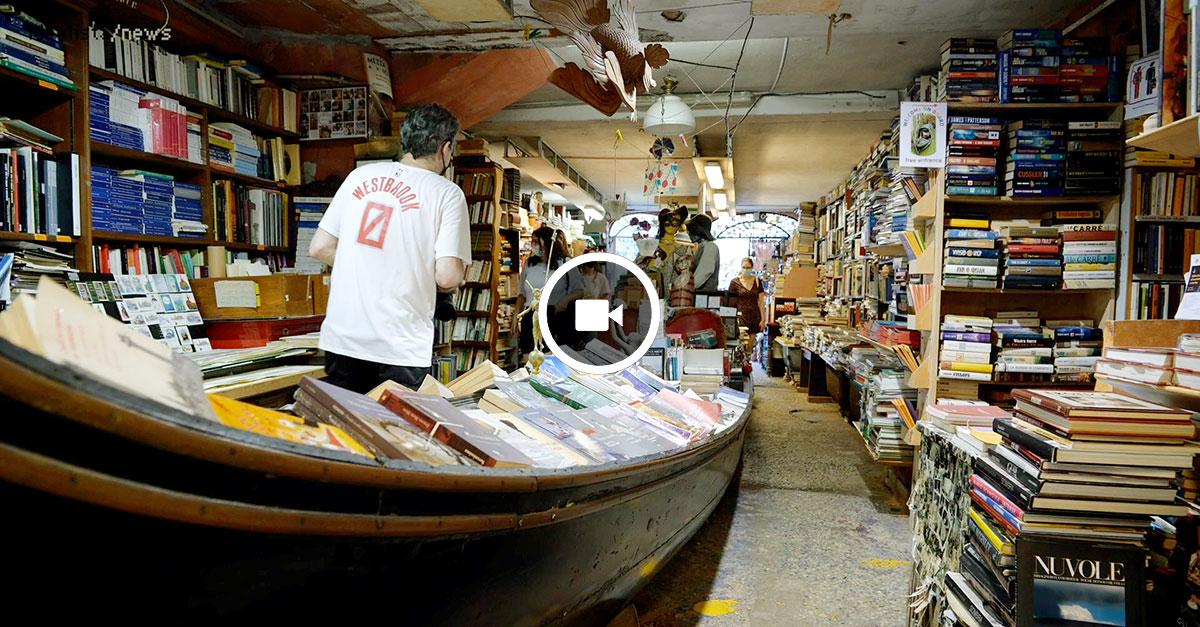 Visita à incrível livraria Acqua Alta de Veneza