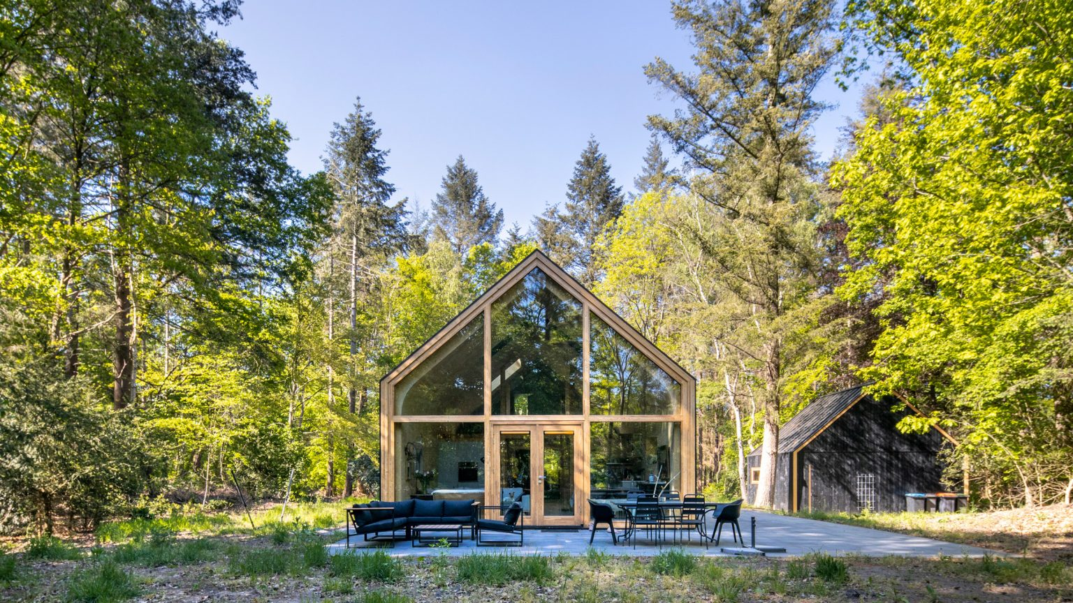 Uma casa de madeira pré-fabricada perfeita para viver no campo ou cidade