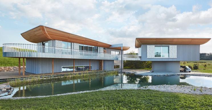 Esta casa pré-fabricada de madeira na Alemanha foi construída para ser um exemplo
