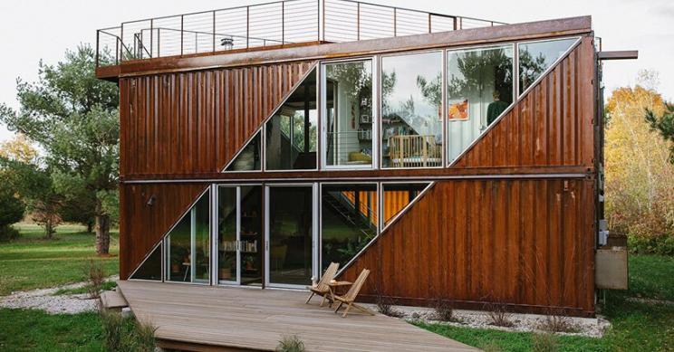 Uma bonita casa pré-fabricada construída com contentores de transporte para desfrutar do campo