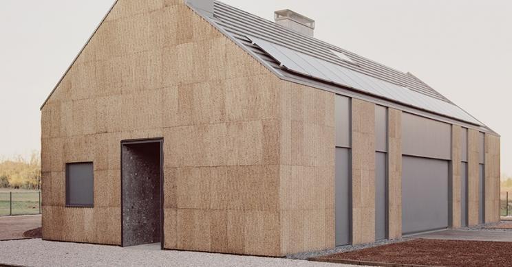 Uma casa linda e sustentável construída apenas com madeira, cortiça e palha