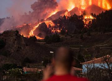 Vulcão nas Canárias acordou e lava já atingiu casas