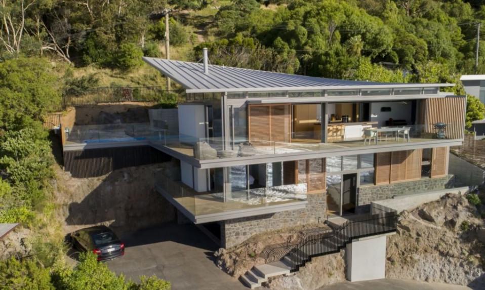 O telhado revestido com painéis solares