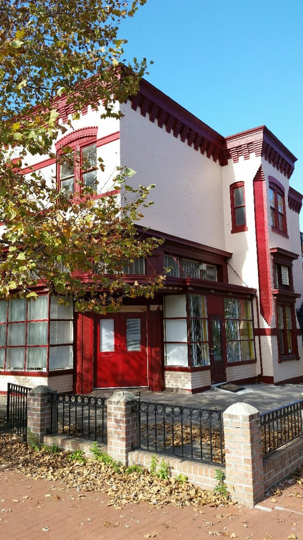 A incrível história do bairro em que todas as lojas foram transformadas em casas de luxo