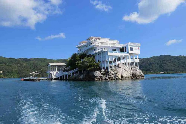 Villa on Dunbar Rock: Um resort numa rocha que esconde um tesouro do pirata Barbanegra