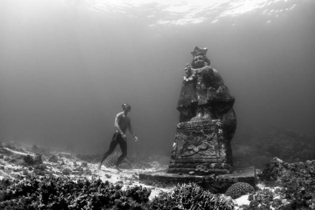 Gruta submarina das Ilhas Filipinas / Red Bull