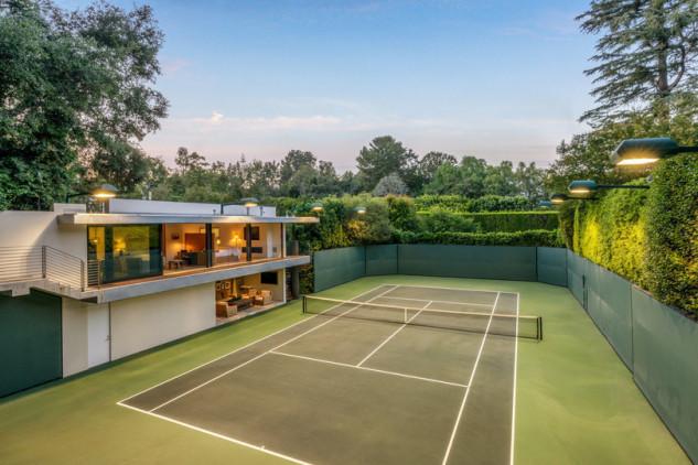 O campo de ténis é obra do atual dono