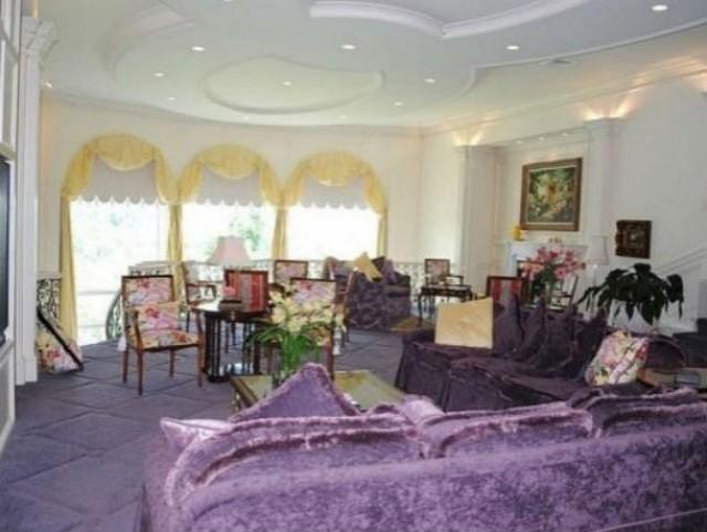 """as casas """"feias"""" têm sofás de veludo lilás, quartos dourados ou casas com divisões todas em rosa"""