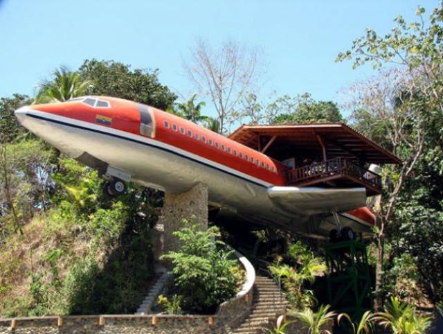 o hotel avião boeing 727 tem uma vista fascinante para o mar e para a floresta