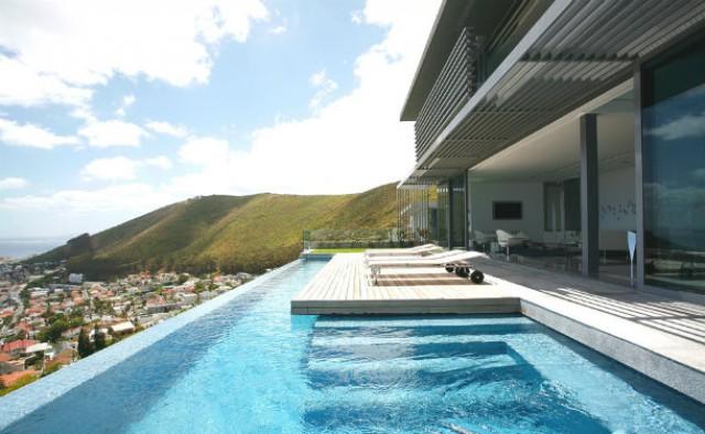 a casa está localizada no topo de uma colina e dispõe de vistas espectaculares