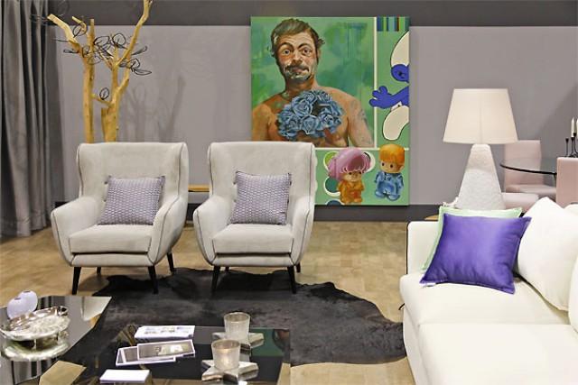 Sala da autoria do ateliê Às Duas por Três, com uma tela da artista Rita Melo