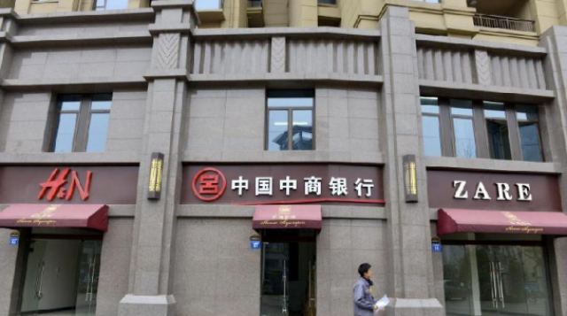 Lojas da Zara (Zare) e da H&M (H&N) na China (Fotos: Chinanews.com).
