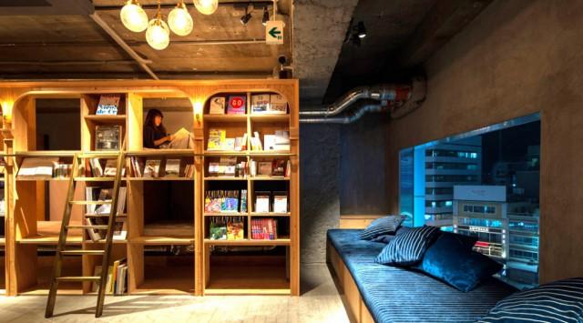 Bibliotel em Tóquio, uma mistura perfeita de biblioteca com os típicos hotéis-cápsula japoneses.