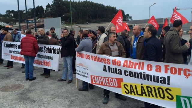 Trabalhadores da Soares da Costa estão em greve - fotografia da TSF