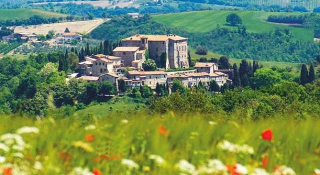 Aldeia de Sismano encontra-se na região italiana de Umbria e está à venda por 7,3 milhôes de euros.