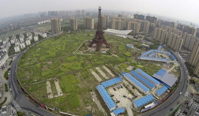 Vista aérea do complexo em Hangzhou que inclui a Torre Eiffel (Fotos: Diário Económico).