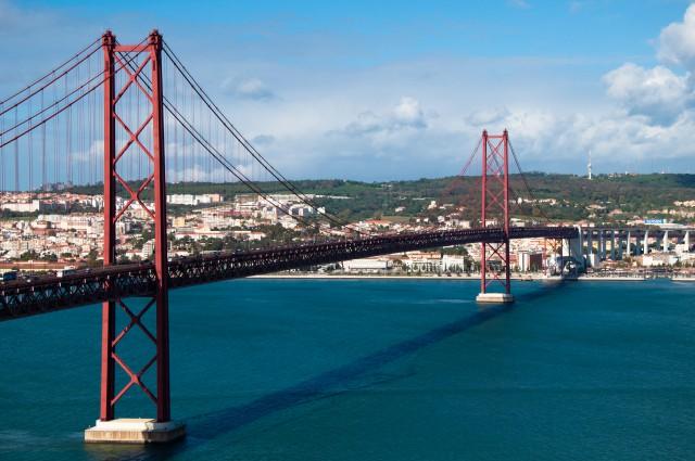 Imagem da ponte 25 de abril, com vista sobre Lisboa