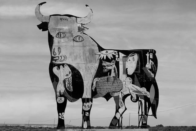 """El Guernica"" pintado num touro de Osborne, Santa Pola (Comunidade Valenciana) / SAM3"
