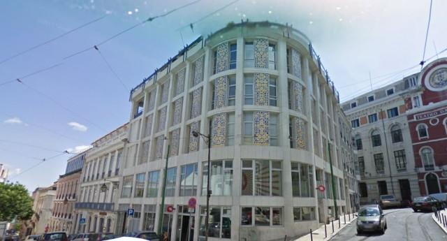 O edifício com a fachada de azulejos e o prédio contíguo (na Rua da Trindade) serão transformados num hotel / Google Maps