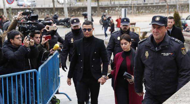 Cristiano Ronaldo com a namorada Georgina Rodriguez, à chegada ao tribunal  / Gtres